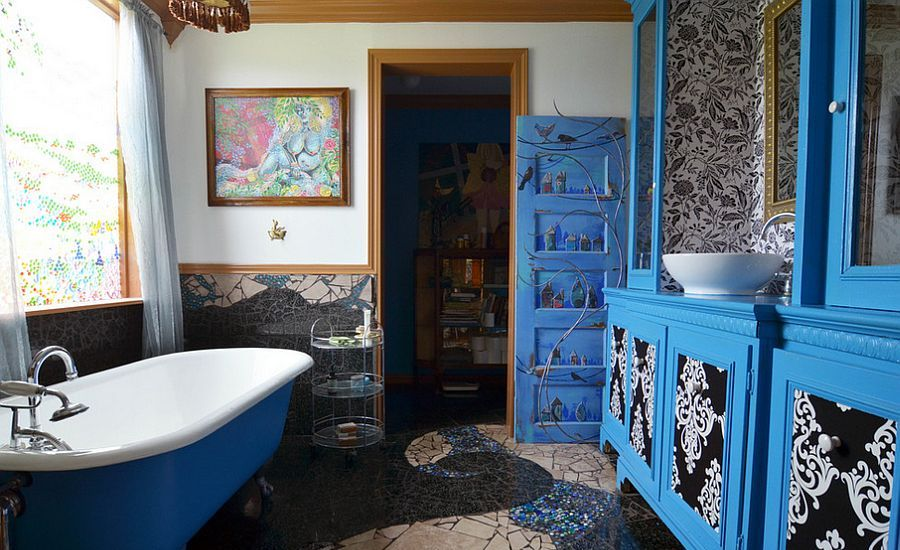 brilliant-bathroom-in-blue-with-gorgeous-wall-art