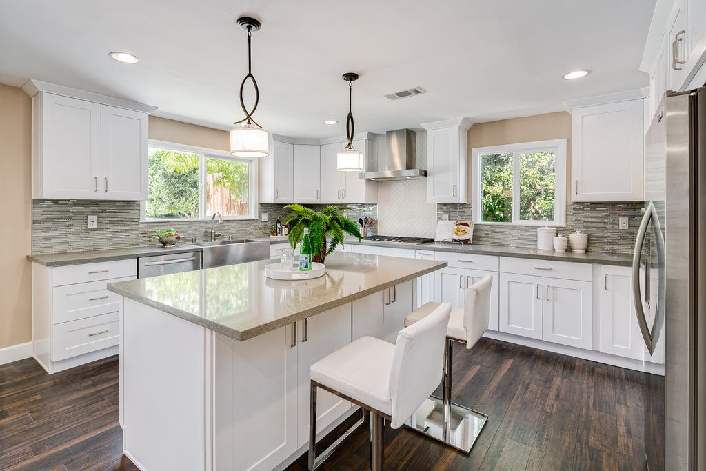 contemporary-kitchen-with-shaker-style-cabinets