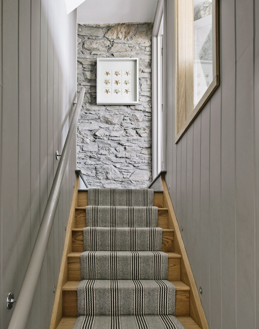 coastal-style-wood-panelled-staircase